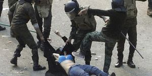 Foto: Una mujer con velo deja al desnudo la barbarie del Ejército egipcio