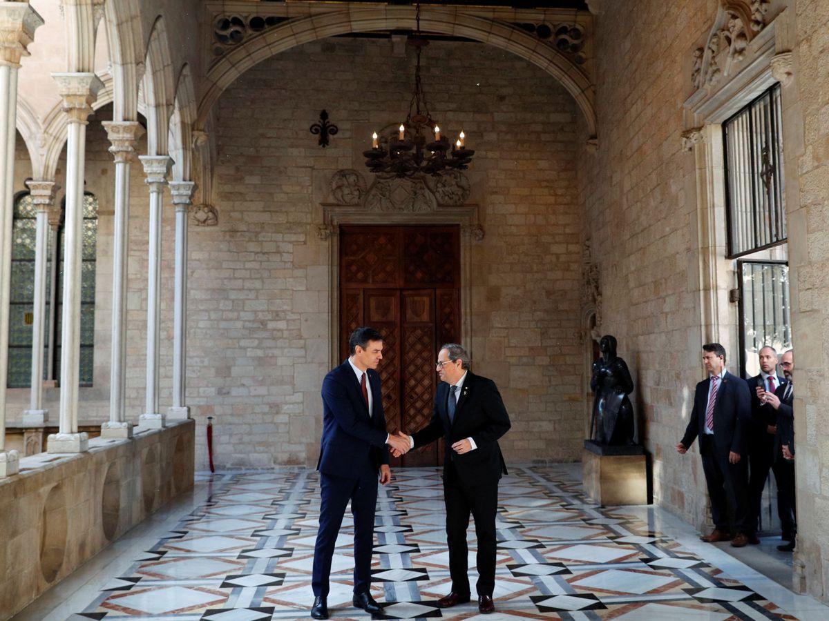 Foto: Pedro Sánchez y Quim Torra estrechan sus manos antes de su reunión de este 6 de febrero en el Palau de la Generalitat. (Reuters)