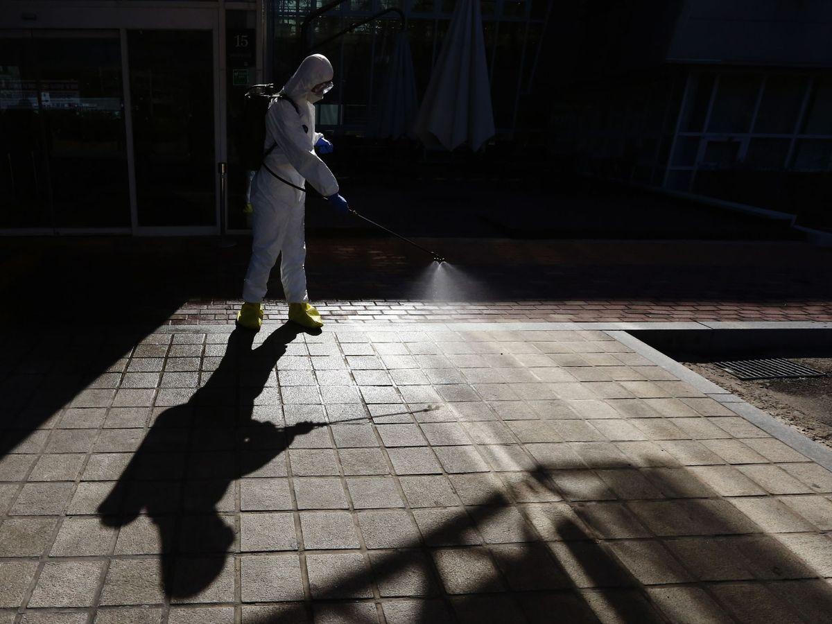 Foto: Un operario desinfecta una zona de riesgo. (EFE)