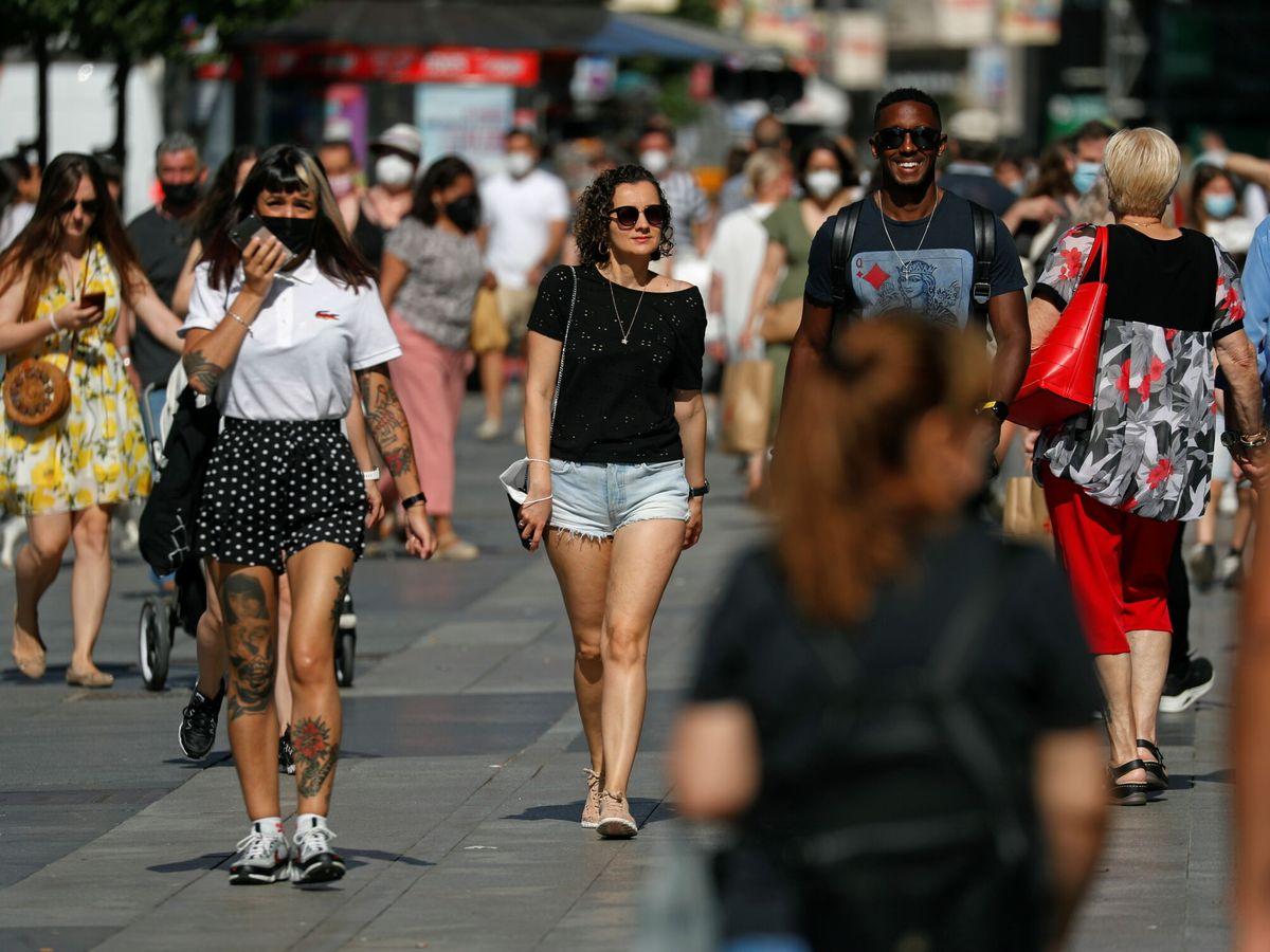 Foto: Varias personas pasean por Madrid. (Reuters)