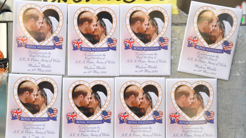 Venta de fotografías de la boda de los Duques de Sussex en un puesto de 'souvenirs'. (Reuters)