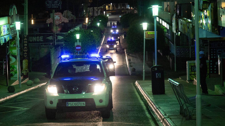 Varias patrullas de Guardia Civil recorren la calle Punta Ballena, en Magaluf. (D.B.)