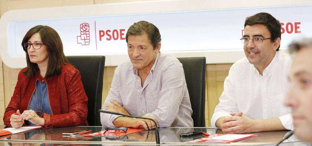 Foto: Javier Fernández, flanqueado por sus números dos y tres de la gestora, Mario Jiménez y Ascen Godoy, en Ferraz este 10 de octubre. (Inma Mesa/PSOE)