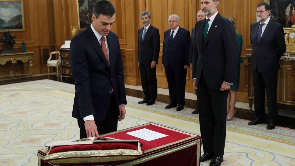 Sánchez promete su cargo de presidente sin Biblia ni crucifijo y en presencia de Rajoy