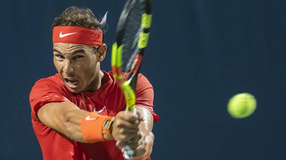 Foto: Rafa Nadal golpea una bola de revés en el Masters 1000 de Toronto (EFE)