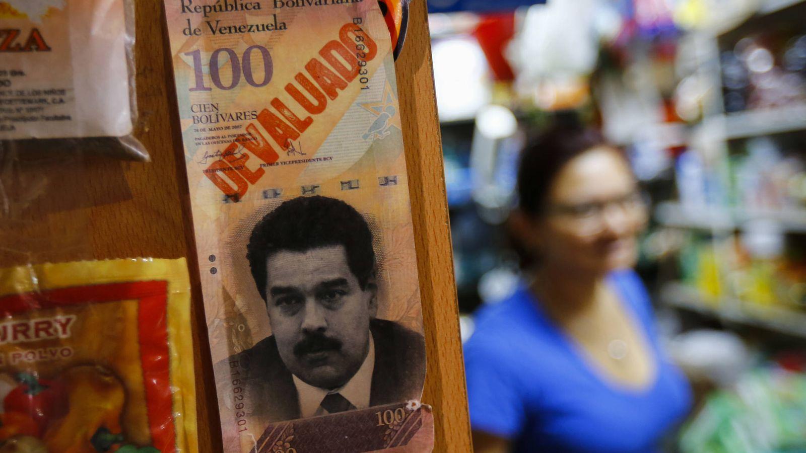 Foto: Un billete con el rostro del presidente Nicolás Maduro en un mercado de Caracas, Venezuela. (Reuters)