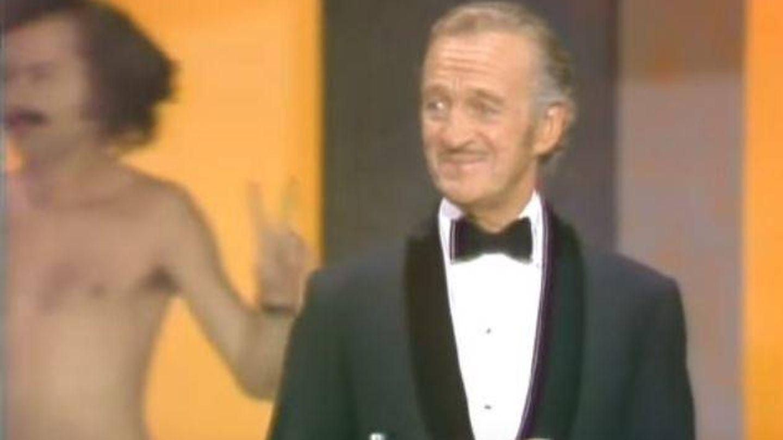 El momento en el que un espontáneo apareció desnudo tras David Niven mientras presentaba los Oscar
