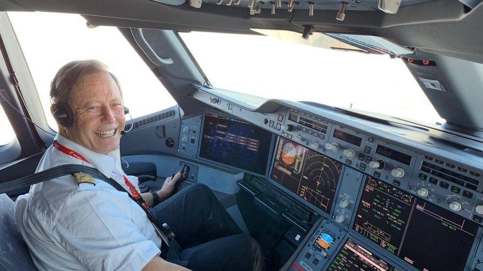 Foto: Vicente Alonso, 'Titón', en la cabina de un avión
