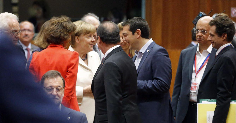 Foto: El primer ministro griego, Alexis Tsipras, habla con la canciller alemana, Angela Merkel, durante la cumbre en Bruselas (Efe).