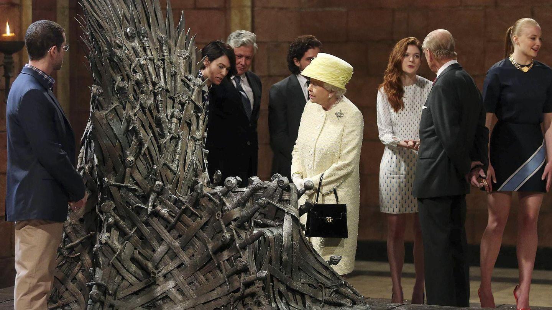 La reina Isabel, durante su visita al rodaje de 'Juego de tronos'. (Reuters)