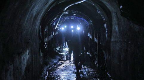 Rescatan a dos mineros atrapados en un pozo de Asturias haciendo rápel