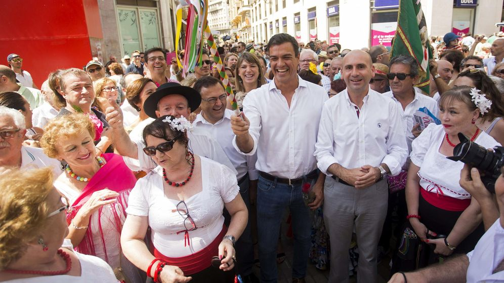 Foto: Pedro Sánchez, junto a Francisco Conejo, con la vara de mando de una panda de verdiales en una visita a la Feria de Málaga. (EFE)