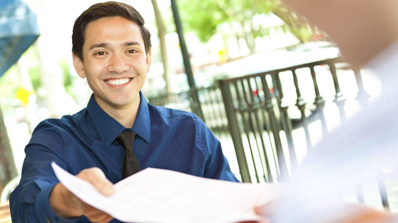 Foto: Joven entregando currículum.