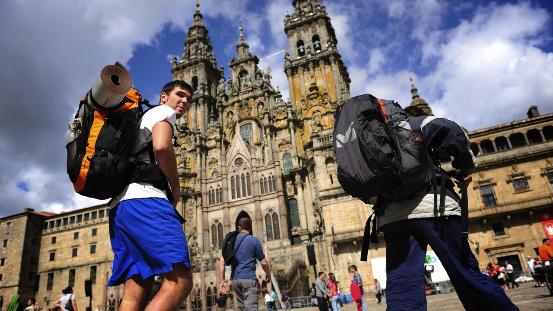 Peregrinos llegando a la Catedral de Santiago de Compostela :: Albergues del Camino de Santiago