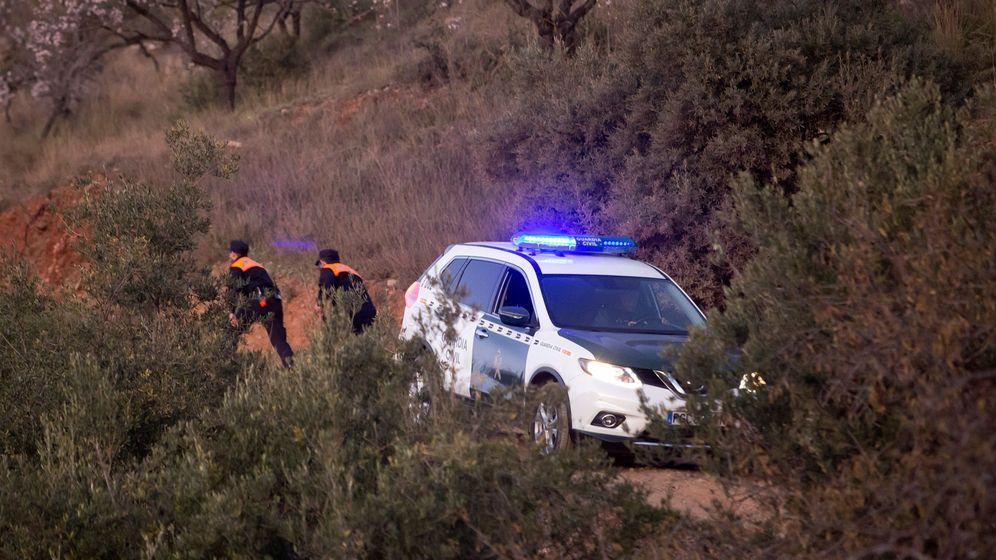 Foto: Miembros de la Guardia Civil durante las labores de rescate del niño que ha caído en un pozo en Totalán, Málaga. (EFE)