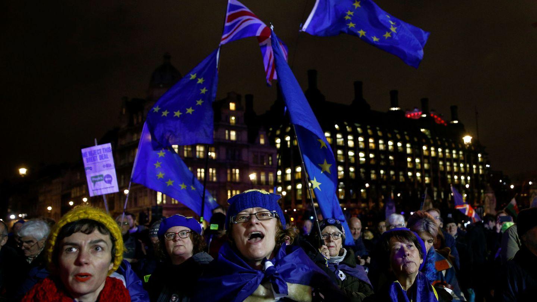 Manifestantes antiBrexit ante el Parlamento británico, en Londres. (Reuters)