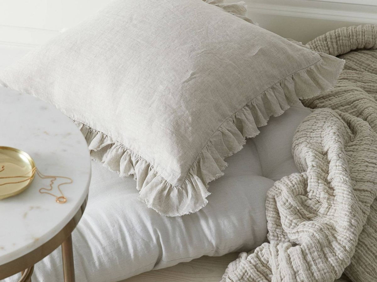 Foto: Fundas de cojín originales y cómodas de Ikea y HyM Home. (Cortesía HyM Home)