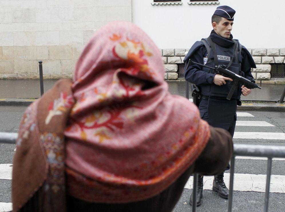 Foto: Un policía francés custodia una mezquita en París el 9 de enero de 2015, tras los atentados contra la revista satírica 'Charlie Hebdo' (Reuters)