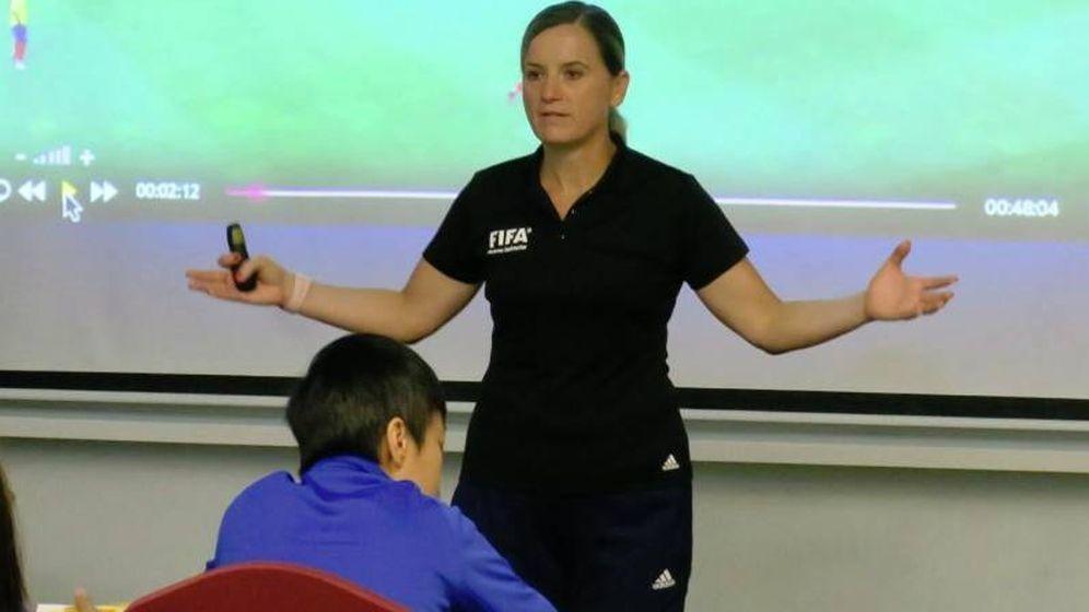 Foto: María Villa dando una charla. (Foto: Twitter @villa_gutierrez)