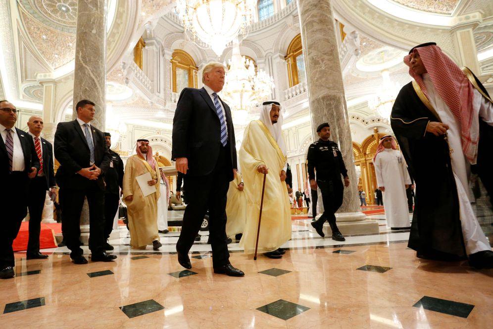 Foto: El presidente de EEUU, Donald Trump, camina junto al rey de Arabia Saudí, Salman Bin Abdulaziz, durante una cumbre en Riad. (Reuters)