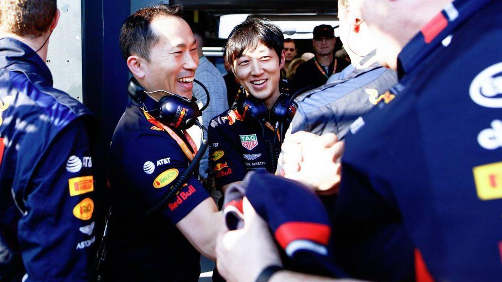 Foto: Los ingenieros de Honda y Red Bull tras el podio en Australia. (Foto: HondaRacingF1)