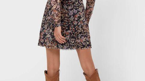 Vestido de flores y botas cowboy, ríndete ante el look más vendido en Stradivarius
