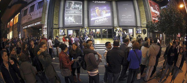 Foto: Cola formada a las puertas del cine Capitol de Madrid con motivo de la Fiesta del Cine (EFE)