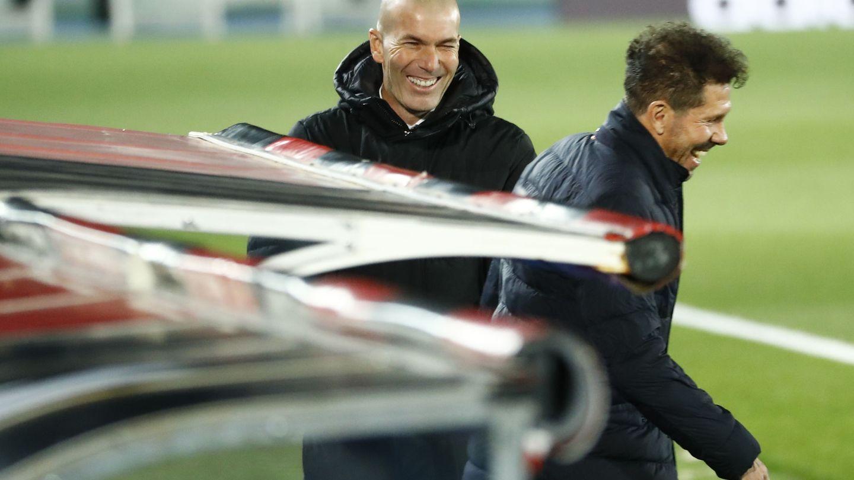 Zidane y Simeone antes de empezar el derbi en el Di Stéfano. (Efe)