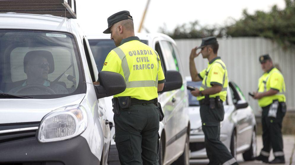 Foto: Varios agentes de la Guardia Civil realizan controles de alcohol y drogas. (EFE)