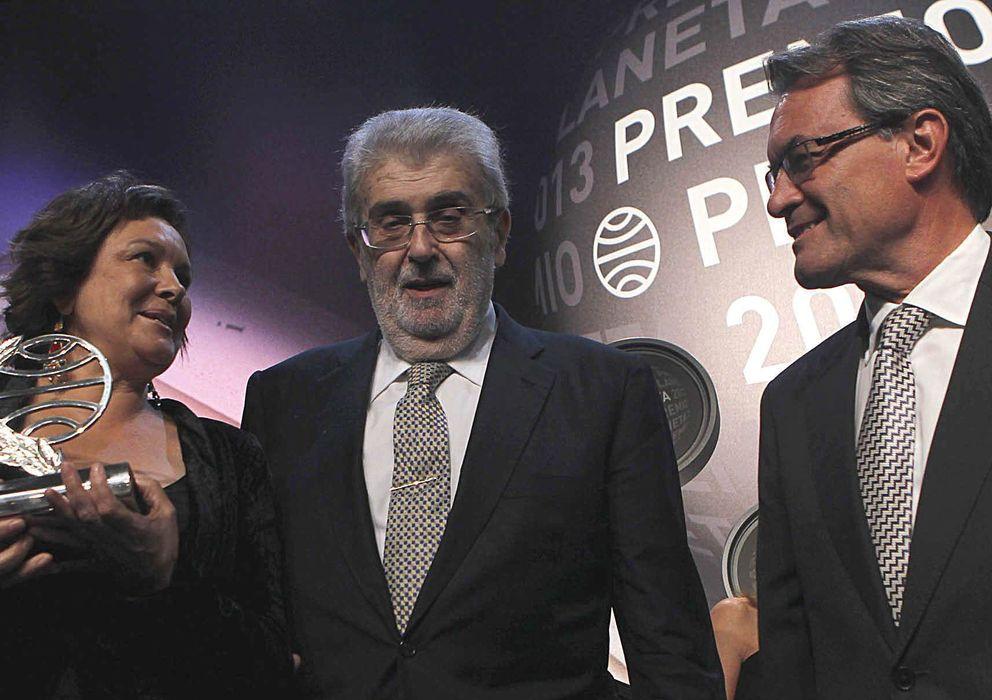 Foto: La escritora Clara Sánchez (i) recibe el galardón en presencia del presidente de la Generalitat, Artur Mas (d), y del presidente del Grupo Planeta, José Manuel