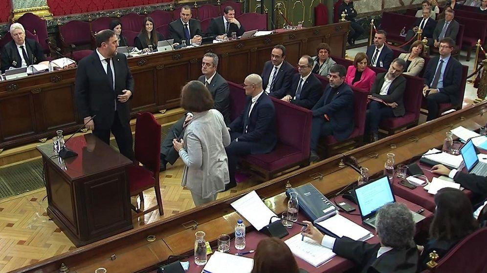 Foto: Oriol Junqueras (de pie), durante la tercera jornada del juicio del 'procés'. (EFE)