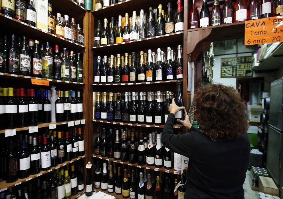 Foto: Un empleado ordena las botellas de cava de una bodega de Alella, en la provincia de Barcelona. (Reuters/Albert Gea)