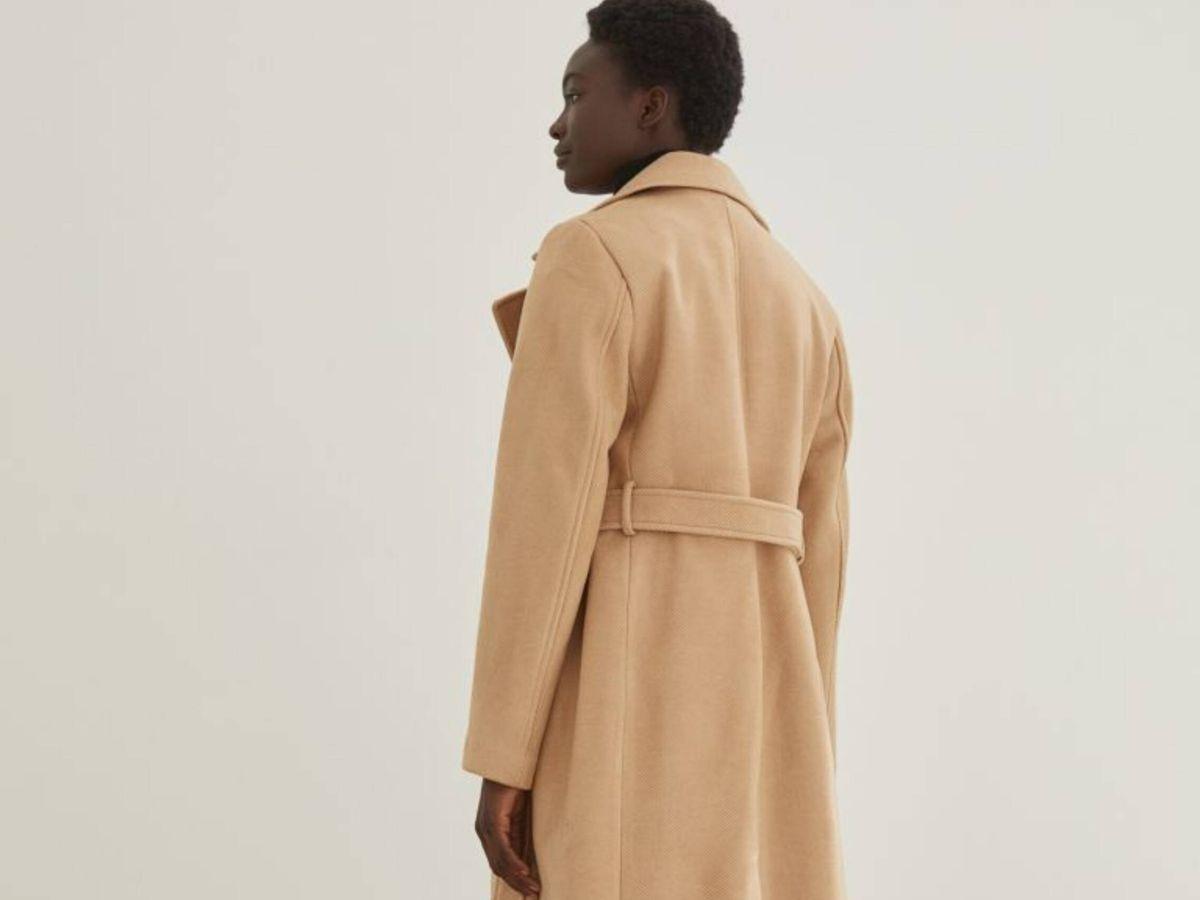 Foto: El abrigo camel de HyM para acertar en todos tus looks. (Cortesía)