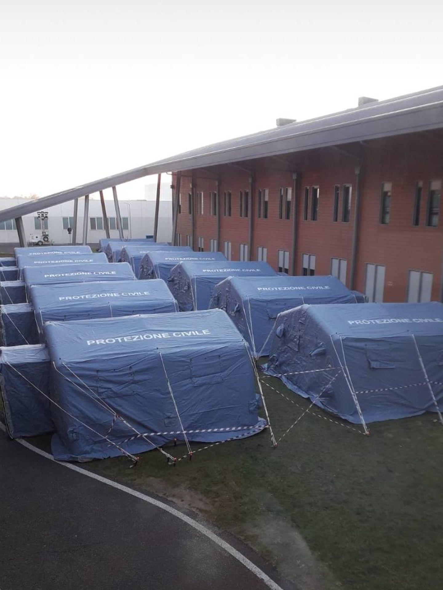 Varias tiendas preparadas para aislar a pacientes en el Hospital de Véneto.