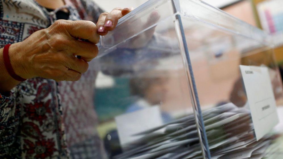 Foto: Un miembro de una mesa electoral custodia una urna en las elecciones. (Reuters)
