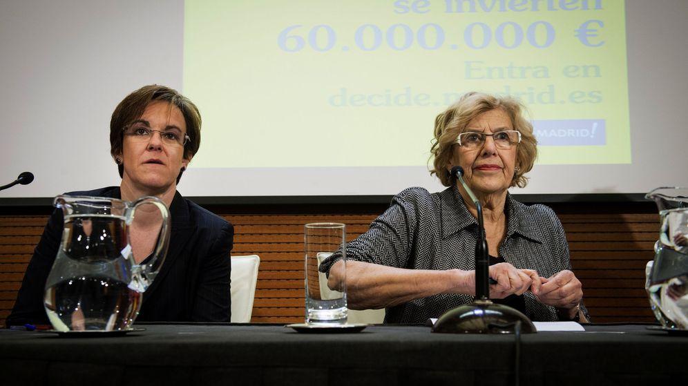 Foto: La alcaldesa de Madrid, Manuela Carmena (d), y la portavoz del grupo municipal socialista, Purificación Causapié, durante una rueda de prensa. (EFE)
