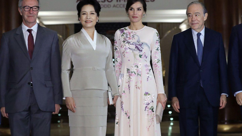 La reina Letizia y Peng Liyuan, junto a otras autoridades, en su visita al Teatro Real. (EFE)