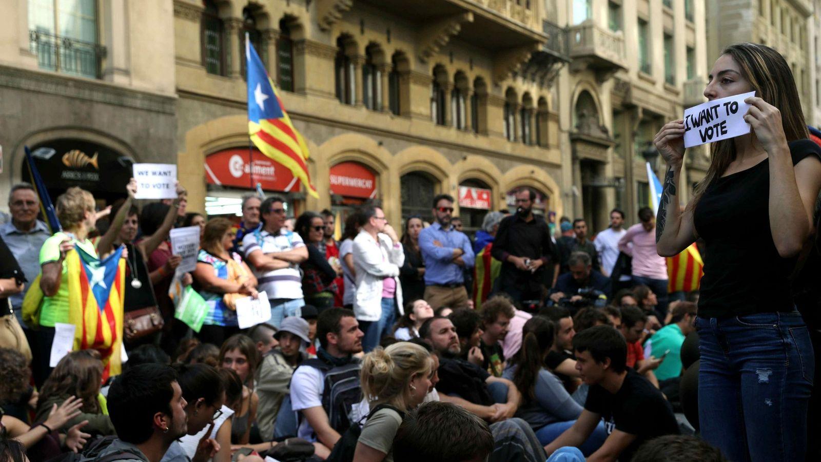 Foto: Varios miles de ciudadanos protestan por los registros de la Guardia Civil en la Rambla. (EFE)