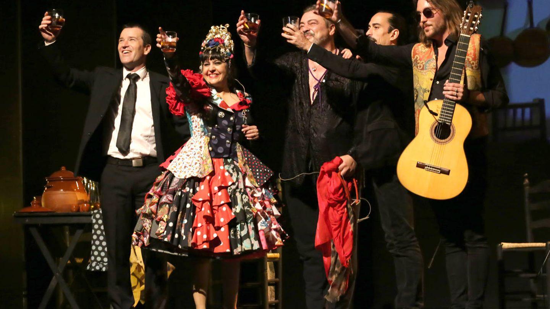 Maui y los suyos en el Teatro Flamenco, entre vermuts y potaje. (Foto: Paco Manzano)