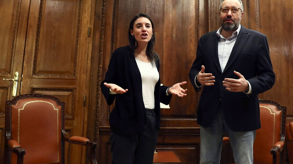 Foto: Los portavoces parlamentarios de Ciudadanos y Podemos, Juan Carlos Girauta e Irene Montero, respectivamente, durante la reunión para consensuar la reforma electoral. (EFE)