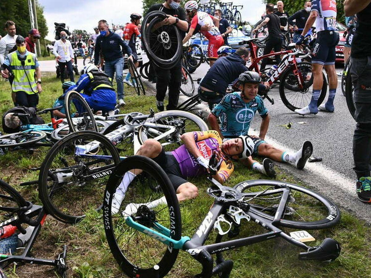 Foto: El accidente durante la primera etapa del Tour de Francia. (EFE)