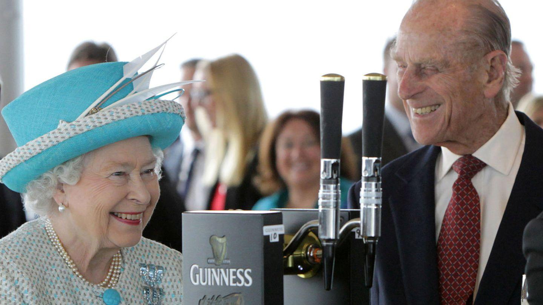 La reina y el duque, en Irlanda en 2011. (Reutes)