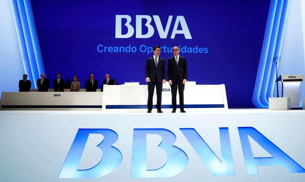 Foto: Carlos Torres (i) y Onur Genç (d), presidente y CEO de BBVA. (EFE)