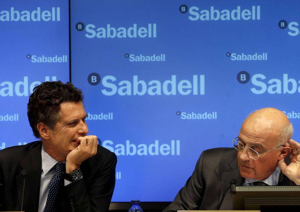 Foto:  El presidente del Banco Sabadell, Josep Oliu (d), y el consejero delegado, Jaume Guardiola. / EFE
