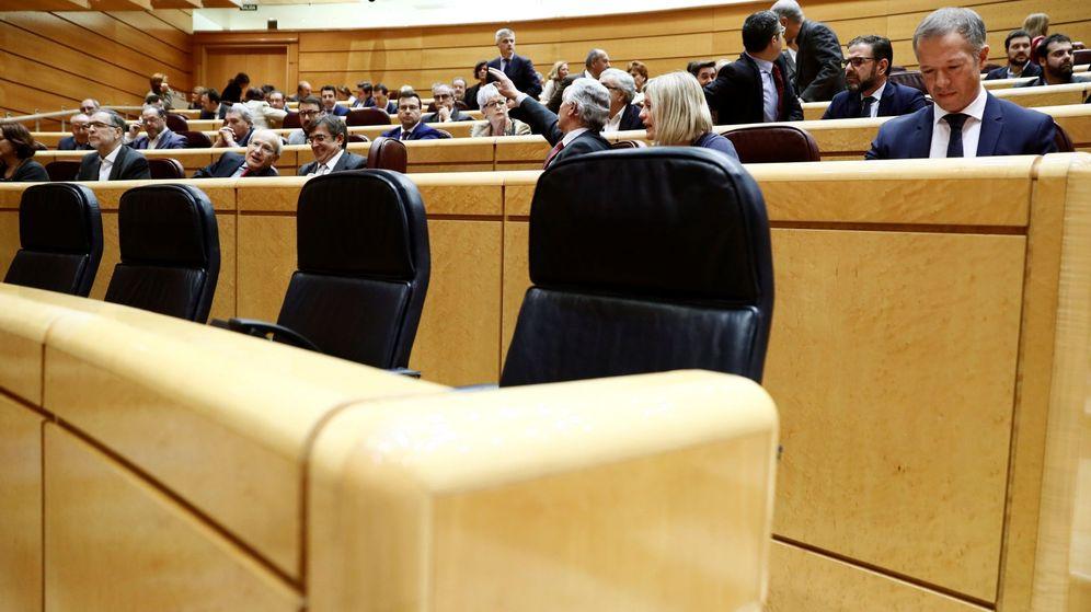 Foto: Vista de los asientos vacíos del Gobierno en el Senado. (EFE)