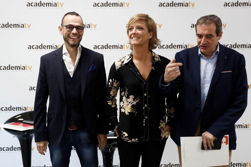 Foto: María Casado, presidenta de la Academia de TV, junto con los vicepresidentes Pedro Olloqui (i) y Francisco Moreno (d), este 28 de octubre en Pozuelo de Alarcón. (EFE)