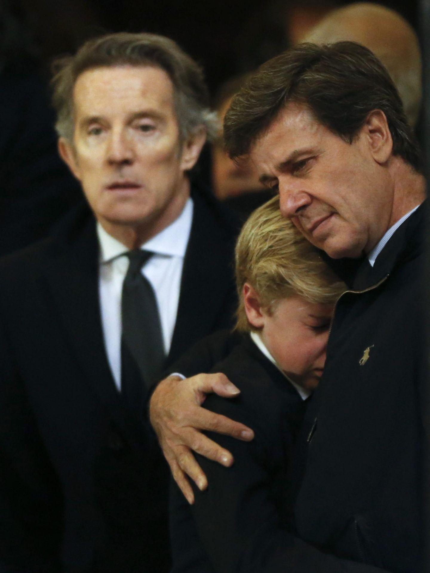 Cayetano Martínez de Irujo abraza a su hijo, Luis, en el funeral de la duquesa de Alba. (Cordon Press)