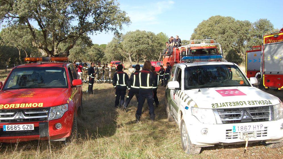 Foto: Bomberos de la Comunidad de Madrid y agentes forestales en labores de prevención. (EFE)