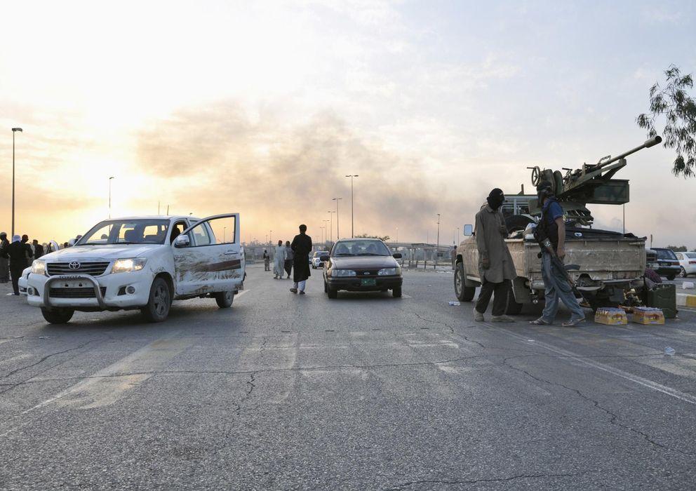 Foto: Milicianos del Estado Islámico de Irak y Siria (ISIS) instalan un puesto de control en la ciudad de Mosul, al norte de Irak. (Reuters)