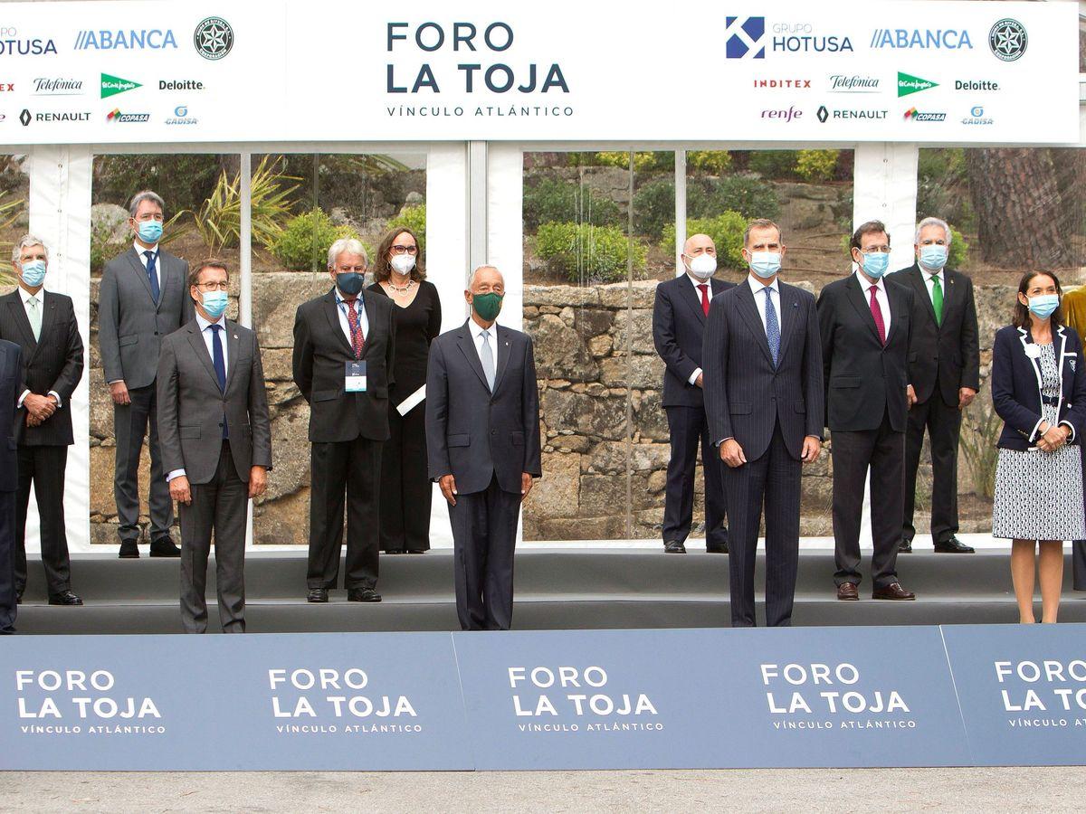Foto: El rey Felipe VI y el presidente de Portugal, Marcelo Rebelo de Sousa posan en la foto de familia junto a los asistentes al II Foro La Toja-Vínculo Atlántico. (EFE)